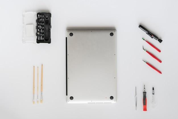 흰색 테이블에 노트북 컴퓨터를 고정 서비스에서 컴퓨터 마스터의 상위 뷰