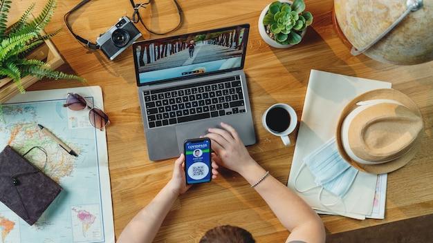 휴가 여행 휴가를 계획하는 노트북, 데스크탑 여행 covid-19 개념을 가진 젊은 남자의 상위 뷰
