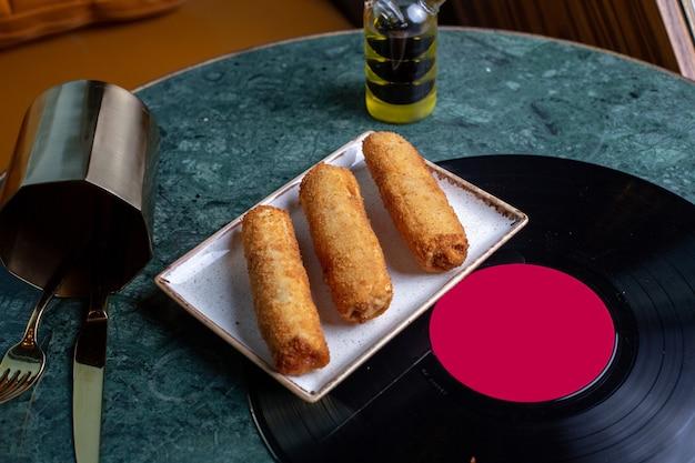 テーブルフード食事鶏肉にカトラリーとチキンの平面図ペストリー