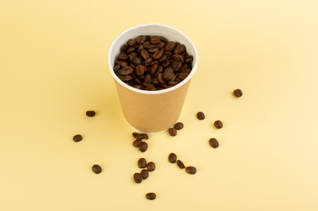 茶色のコーヒーの種子とトップビュープラスチックコーヒーカップ