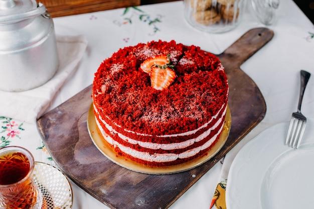 Вид сверху красный клубничный торт вкусный с чаем на столе фруктовый торт бисквит сладкий