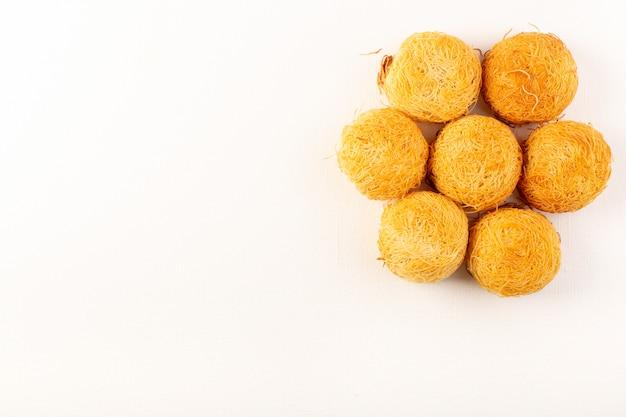 上面の丸いおいしいケーキ甘いおいしい丸い形のベークは、白い背景で隔離甘い砂糖菓子