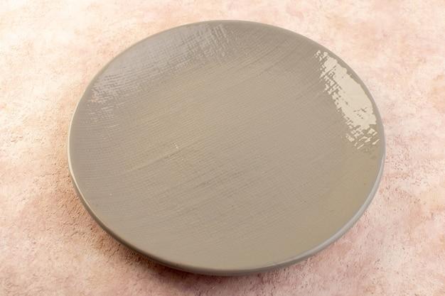 Вид сверху круглой тарелки пустой стакан сделан изолированным