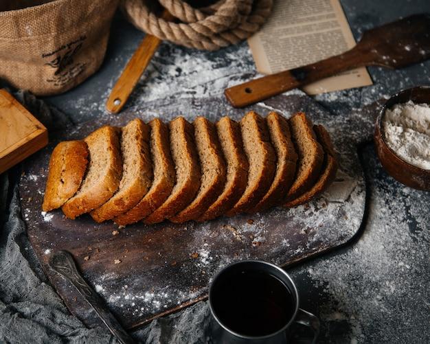 グレーのデスクパンパン食品食事生地写真で焼いた灰色のパンをスライスした平面図
