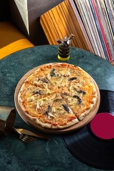 キノコのトマトとチーズのピザをスライスした平面図、テーブルフードの食事ファーストフード