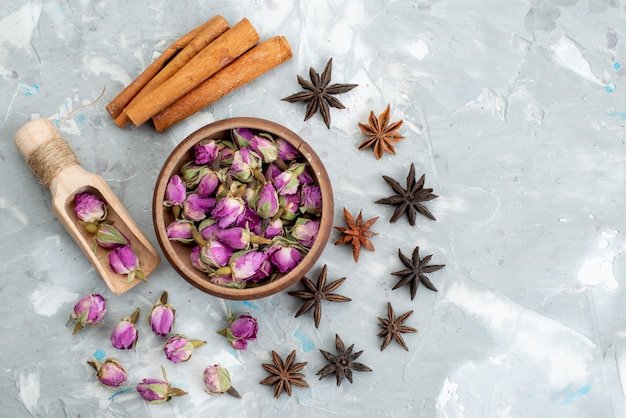 ライトデスクの植物の花に紫の花を持つトップビュースティックシナモン