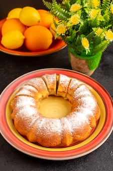 Сладкий круглый пирог сверху с кусочками сахарной пудры