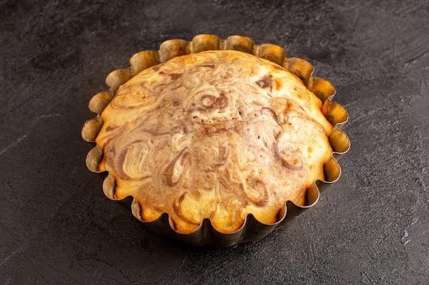 灰色の背景のビスケットシュガークッキーの上のケーキパンの内部おいしいおいしい丸いケーキおいしい