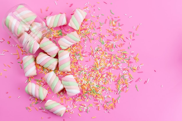 Вид сверху бело-розовый зефир сладкий и липкий на розовом