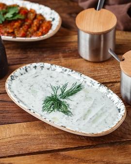 茶色の木製デスクフードヨーグルト肉の上から見るヨーグルトの食事