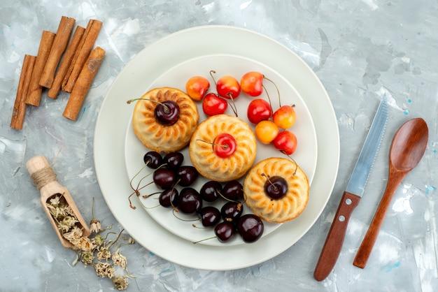 Вид сверху вкусное печенье с вишней печенье десерт чай фрукты