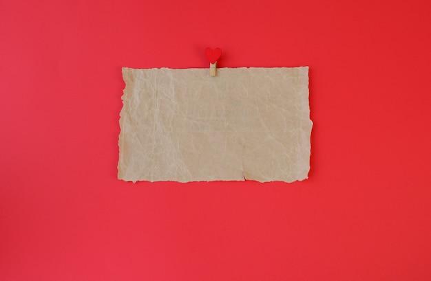 빨간색 배경에 찢어진 종이 조각. 연애 편지