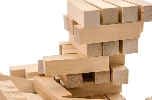 Башня из деревянных блоков крупным планом бизнес-планирование рисков и стратегии