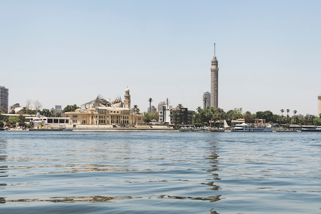 エジプトのカイロの中心部にある展望台のある塔。ナイル川の水からの眺め。