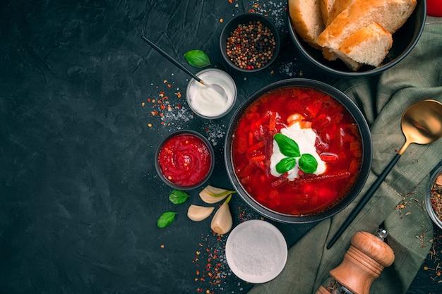 전통적인 러시아 요리, 사워 크림, 마늘, 향신료가 들어간 보르시. 요리 개념.