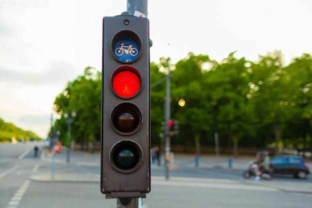자전거 이용자를 위한 신호등은 이동을 금지합니다.