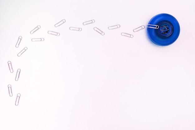 青いボックスに移動するペーパークリップの軌跡
