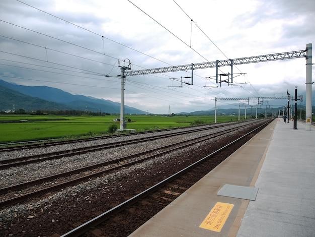 기차 트랙은 산으로 둘러싸여 있습니다.