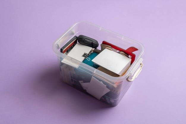Ящик из прозрачного пластика с некоторыми вещами дома