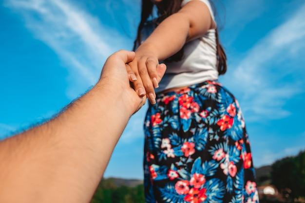 手をつないでいる性転換者のカップル。多様性とlgbtの概念