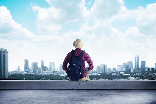 屋上に座っている旅行者