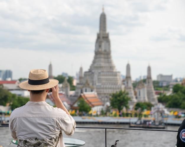 タイ、バンコクのワットアルンラチャワララムラチャワラマハウィハン寺院に旅行する旅行者