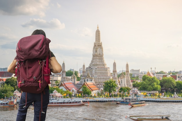 방콕, 태국의 왓 아룬 라차 와라 람 라차와 라마 하이 한 사원으로 여행하는 여행자