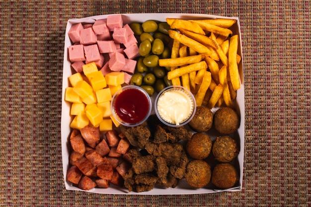 Поднос, полный разных видов закусок