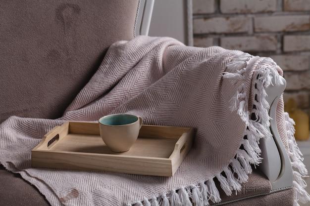 熱いお茶のラブレターとベッドに雑誌が入ったトレイ