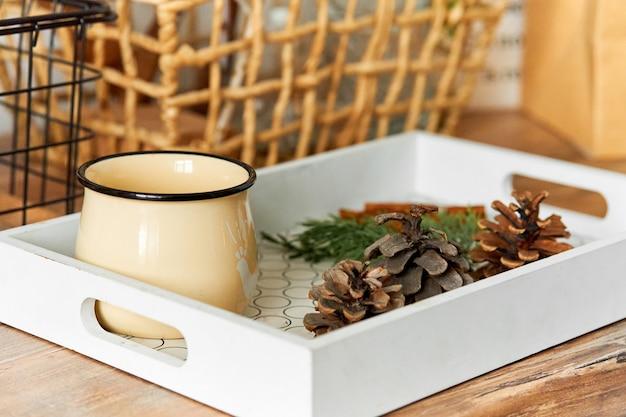 熱いお茶と松ぼっくりの水差しが入ったトレイ。寒い秋は暖かくなります。