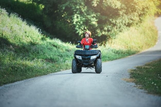 Поездка на квадроцикле по красной дороге. поездка на квадроцикле по бездорожью.