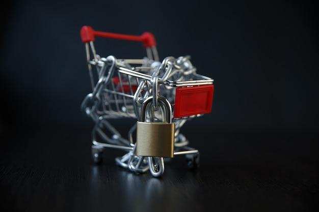 Тележка на клавиатуре компьютера с замками / концепция безопасности интернет-покупок