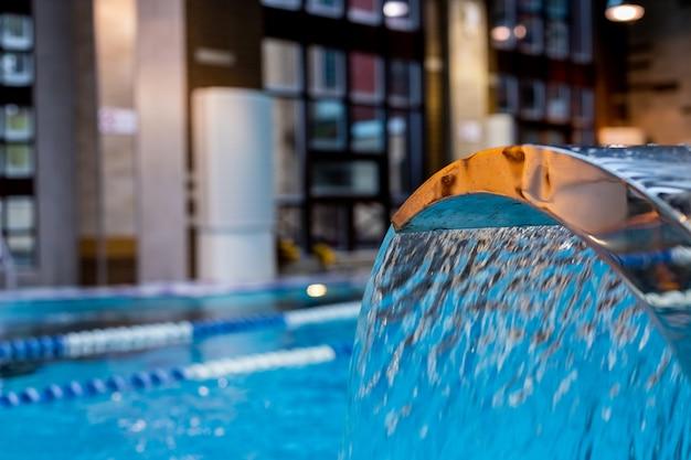 Бирюзовый водопад, массаж спины и плеч в бассейне.