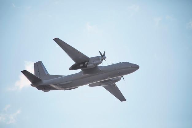 쌍발 군용 수송기가 비행을 수행합니다.