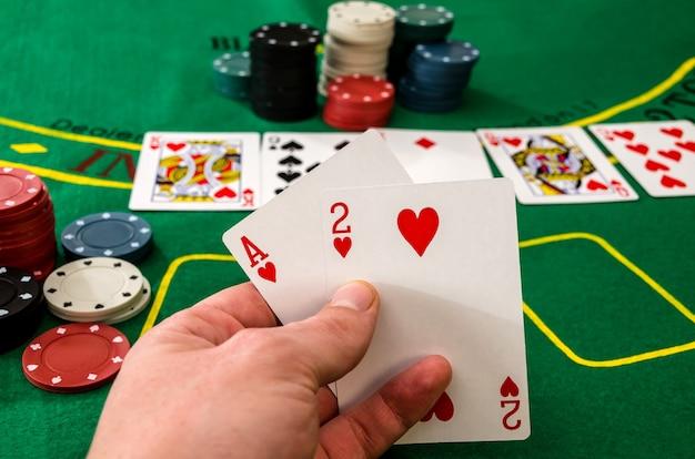 2枚のカードのクローズアップポーカープレーヤー