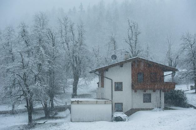 Типичный альпийский домик в горах австрии.