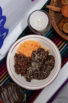 メキシコの家での死者の日の典型的なメキシコの日の死者の日の典型的なメキシコの日