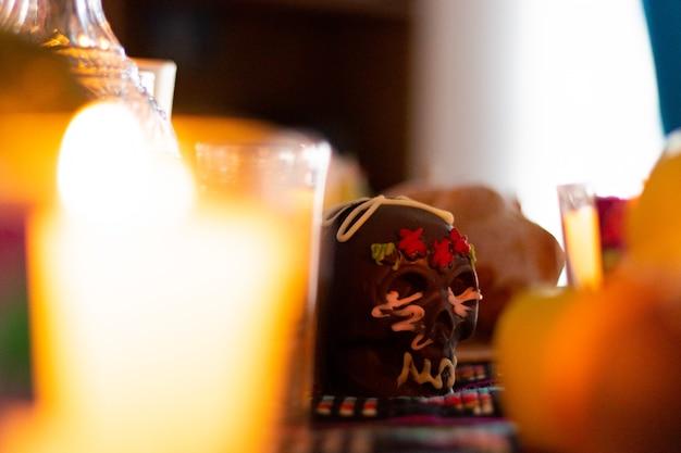 メキシコの家での死者の日の典型的なメキシコの日のチョコレートの死んだ頭蓋骨の典型的なメキシコの日