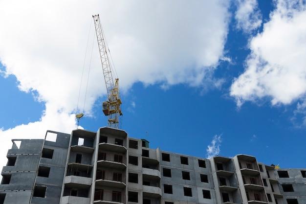 Строящийся типовой современный панельный жилой дом. эксплуатация башенного крана.