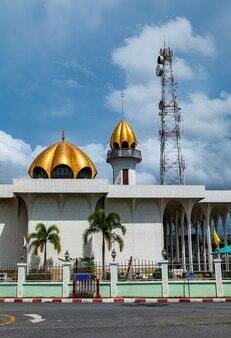 Типичная мечеть - это место сбора мусульманских мудрецов для совершения религиозных обрядов в важные дни или праздники.