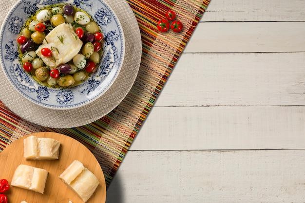 Типичное португальское блюдо с треской под названием bacalhau do porto в оригинальной португальской тарелке.