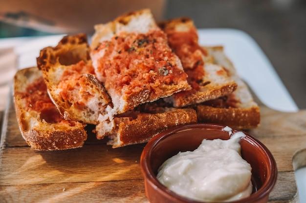 Типичная порция хлеба с томатно-чесночным майонезом