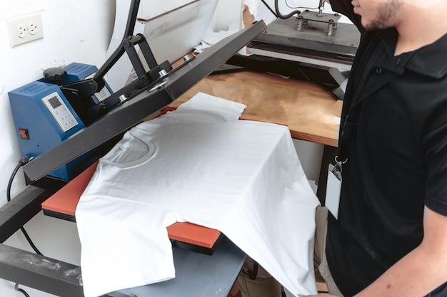 철 승화 작업을 하는 알아볼 수 없는 사람. 인쇄 개념 및 그래픽 디자인.