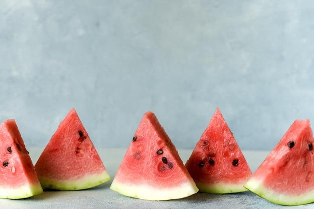 Полезная ягода для диеты. сладкий вкусный ломтик арбуза фруктовое мороженое летом на светлом деревенском фоне. копировать пространство для дизайнера