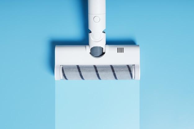 파란색 배경에 깨끗한 줄무늬가 있는 진공 청소기 노즐. 자유 공간