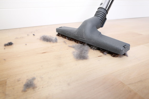먼지로 덮여 진공 청소 나무 바닥 프리미엄 사진