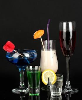 블랙에 고립 된 다양한 알코올 음료