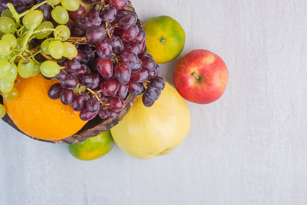 Разнообразные вкусные фрукты на мраморе.