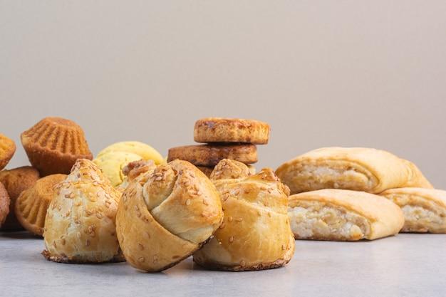 Разнообразие вкуснейшего песочного печенья на мраморе.