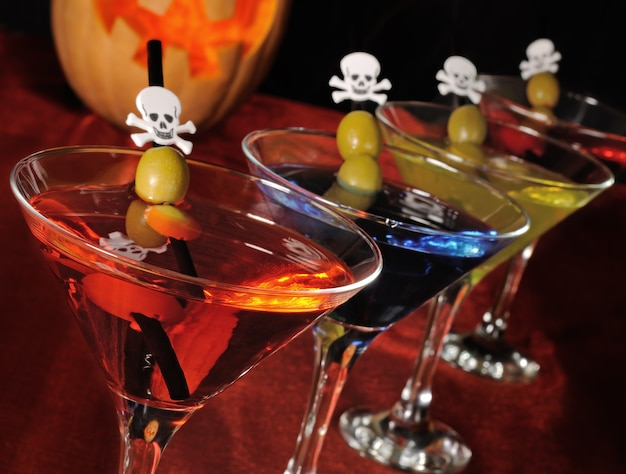 カクテルストローにオリーブとグラスでさまざまな飲み物